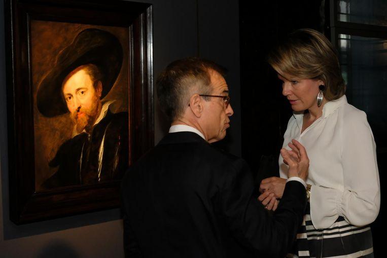 Koningin Mathilde luistert geboeid naar de uitleg in het Rubenshuis.
