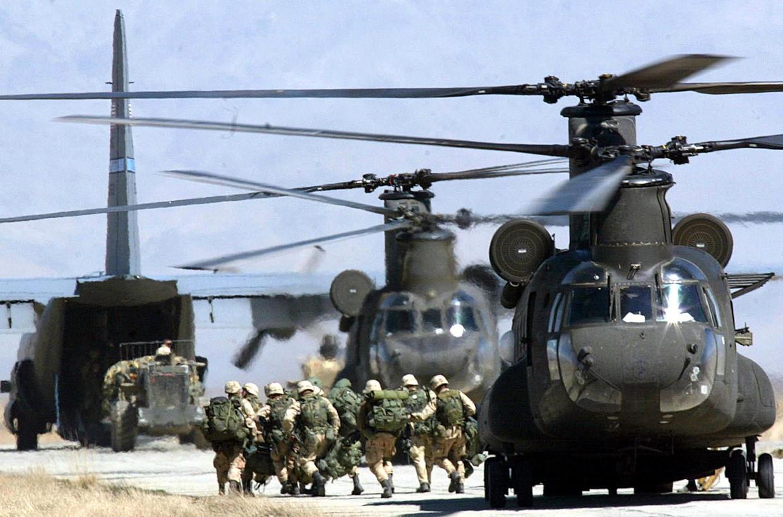 Amerikaanse soldaten aan basis Bagram in Afghanistan, 2002. Alexander De Croo: 'De liberale democratie is geen exportproduct dat je vanuit een gevechtsvliegtuig duizenden kilometers verder dropt.'  Beeld AFP