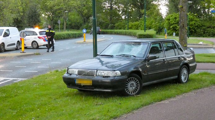 Een fietser is geschept door deze auto in Veenendaal.
