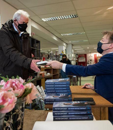 Tweede Kamerlid Pieter Omtzigt signeert boeken op afspraak in Breda
