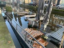 Terrasboot van café de Pakschuit verdwijnt langzaamaan in Haagse gracht
