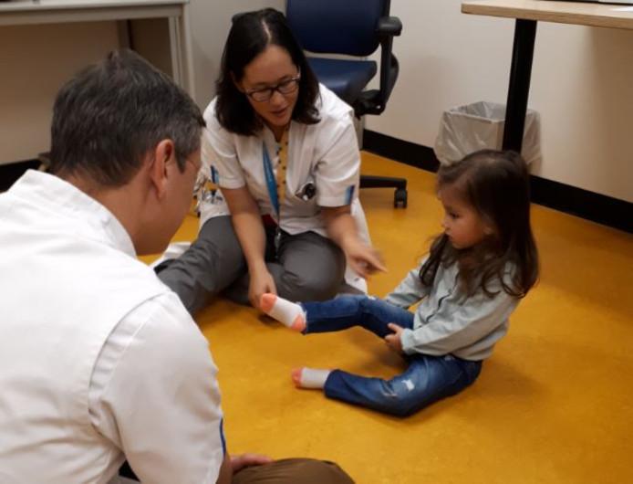 Sara showt in het Sophia Kinderziekenhuis wat ze allemaal heeft geoefend.
