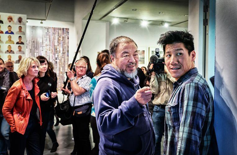 Ai Weiwei (m.) bij de opening van zijn expo.