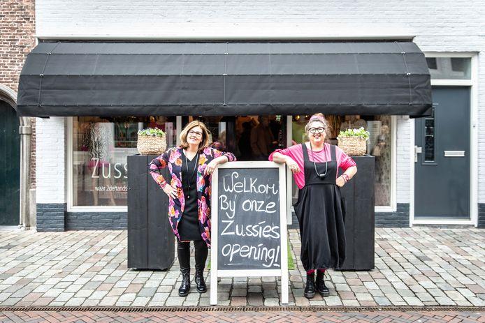 Linda en Angela Durinck voor hun toen net geopende nieuwe winkel aan de Korte Kerkstraat in 2019.