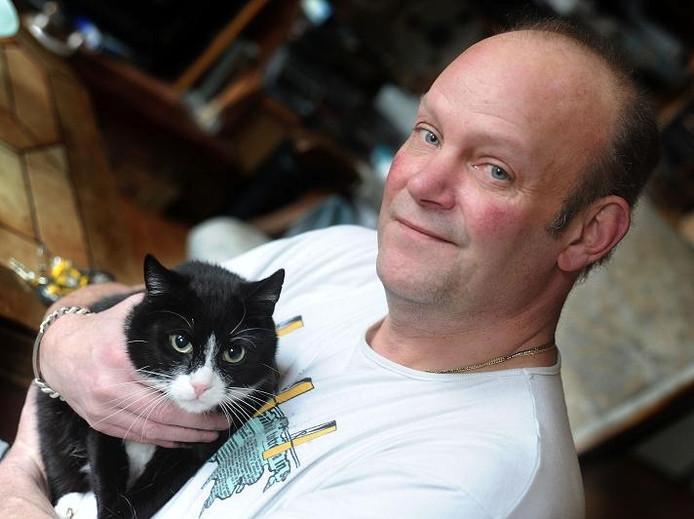 Jaap Sijken met zijn kat mickey. Foto Charel van Tendeloo