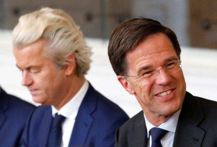 De liberale VVD van uittredend premier Mark Rutte (r.) blijft de grootste partij in Nederland. Ruttes rivaal Geert Wilders deed het minder goed dan verwacht. Beeld REUTERS