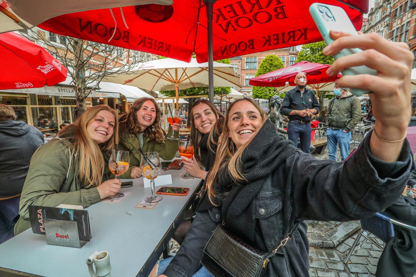 Ine (tweede van links) viert haar 24ste verjaardag met Joke, Ans en Saar.