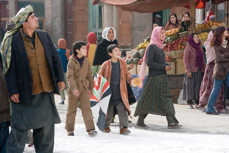 Ahmad Khan Mahmoodzada (links) speelt Hassan in de verfilming van 'De vliegeraar' uit 2007. Zekiria Ebrahimi (rechts) speelt Amir.  Beeld REUTERS