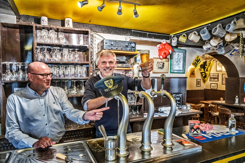 Luc Doms en Filip Dewinter, de nieuwe uitbaters van De Leeuw van Vlaanderen. Beeld Tim Dirven