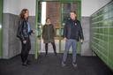 Jordi neemt vast een kijkje in het gezelschap van Lareina van Enteren (midden) en Eline Ploegman.