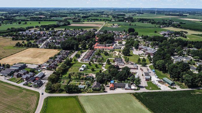 De Nieuw Wehlseweg loopt dwars door het dorp. Rechts zijn vooral de gebouwen van Elver te zien. Links het dorp Nieuw-Wehl.