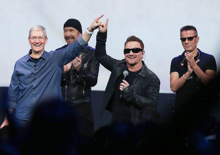 U2 met Tim Cook. Beeld getty