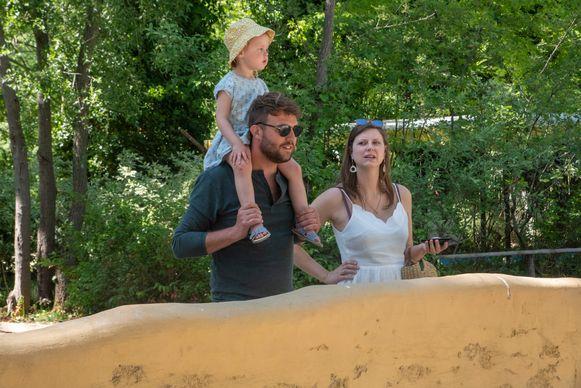 Jonge gezinnen genieten van de zon in het park.