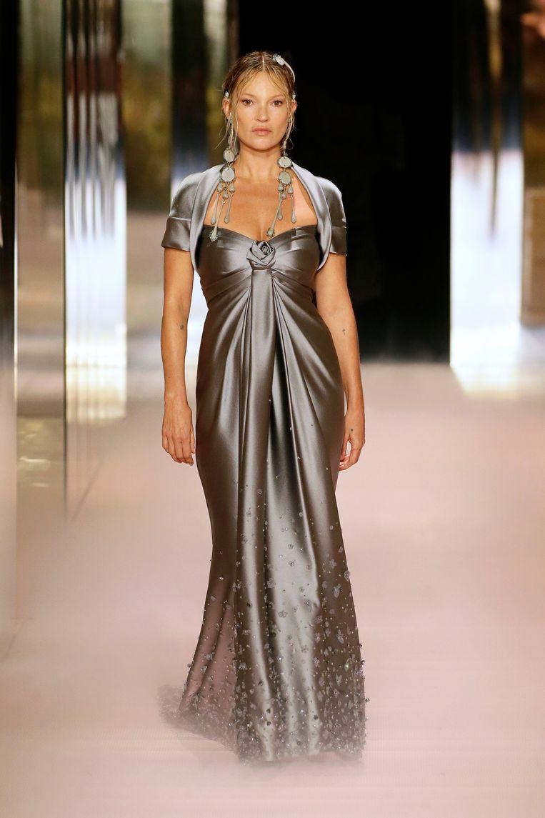Kate Moss met Empire-taille op de catwalk van Fendi. Beeld rv