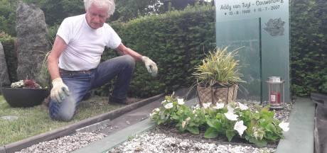 Guus komt uit Putte naar Drunen om het graf van zijn grote liefde Addy op te knappen. 'Ze ligt er weer mooi bij'