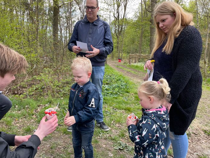 Reaven en Jaylinn krijgen van De Financiën-medewerker Ike de Graaf aardbeienmousse.