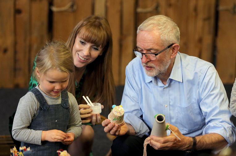 Corbyn en schaduwminister van Onderwijs Angela Rayner tijdens een bezoek aan een recyclageproject in Leeds.