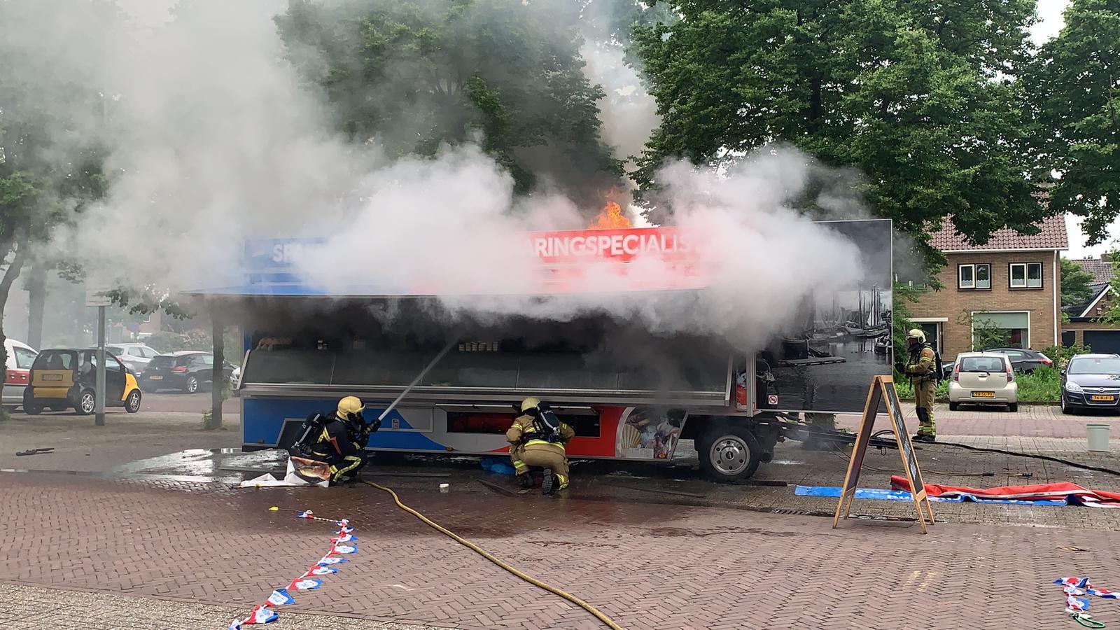 Bij een viskraam die geparkeerd stond op een parkeerplaats in Putten is een brand uitgebroken