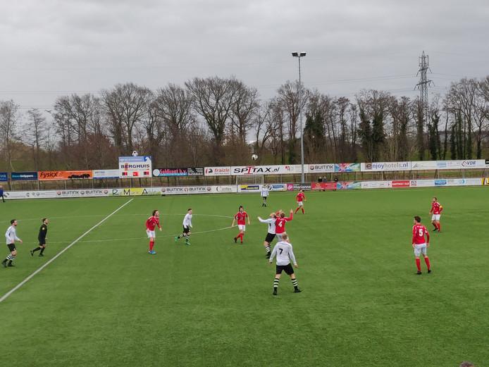 David Klopman en Douwe Booij in duel om de bal.