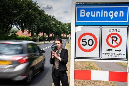 Gelderlander-verslaggeefster Bianca Govers meet met een lasergun de snelheid op de Wilhelminalaan in Beuningen.