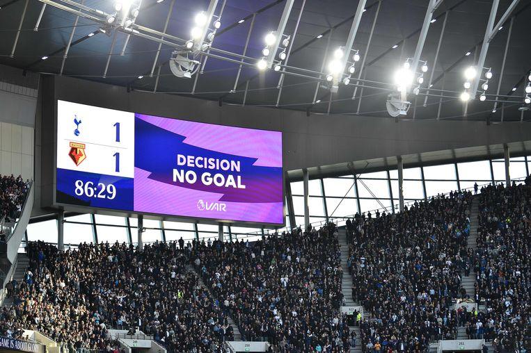 Even foute communicatie in Tottenham: de goal van Dele tegen Watford werd na een check van de VAR goedgekeurd, maar het scorebord zei 'No Goal'.