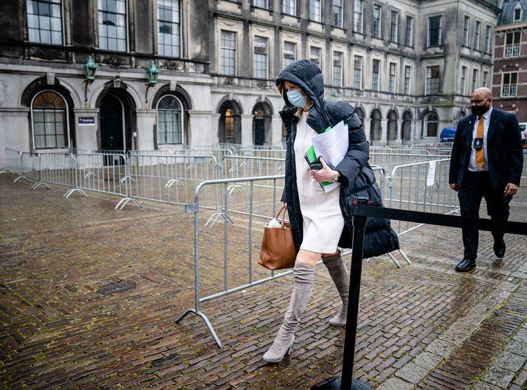 Kajsa Ollongren (D66) verlaat de Stadhouderskamer met de veelbesproken notities onder haar arm. Beeld Hollandse Hoogte /  ANP