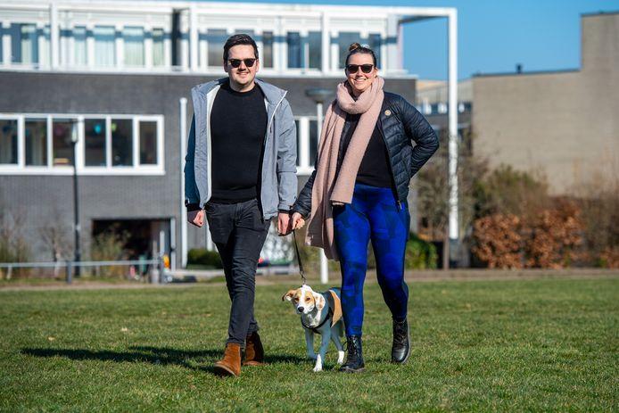 Noah en Matthijs laten hun hond Mila uit op het grote grasveld aan Park Schothorst.