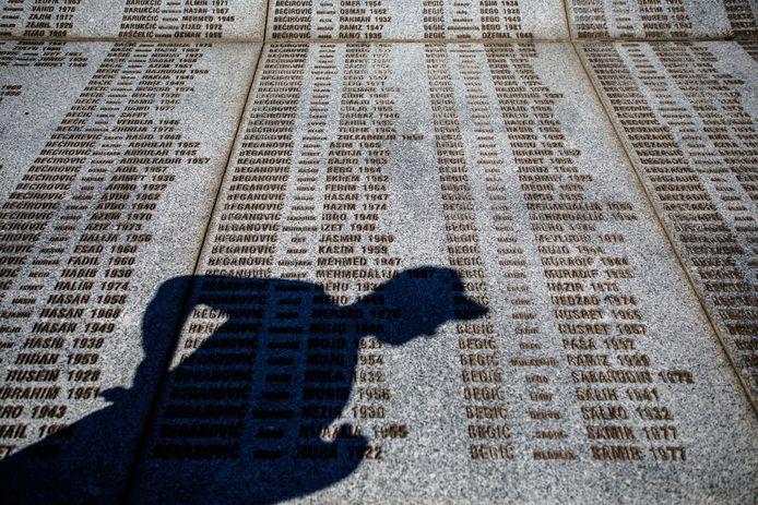 De schaduw van een bezoeker aan het namenmonument op het herdenkingskerhof Potocari, vlakbij Srebrenica.
