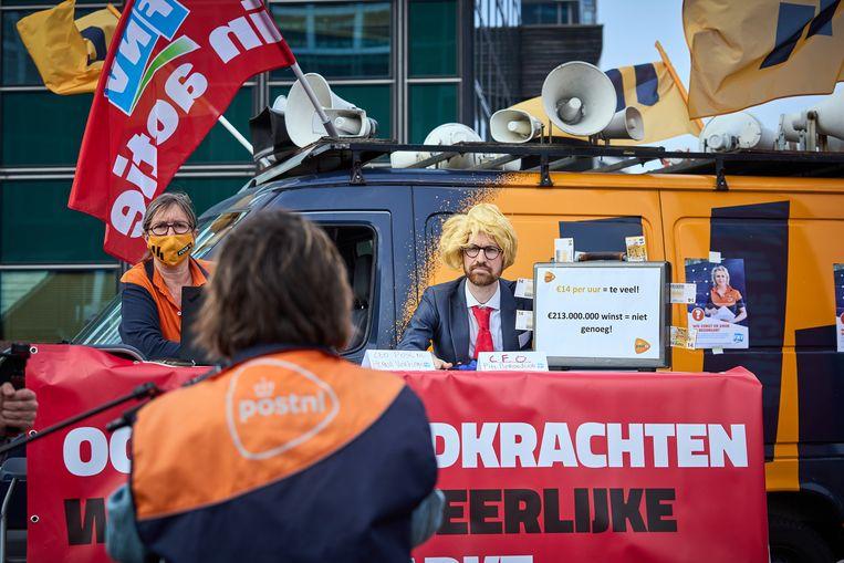 FNV in actie voor de deur van het PostNL-hoofdkantoor in Den Haag. De vakbond had onder meer een persiflage van financieel topman Pim Berendsen in petto. Beeld Phil Nijhuis