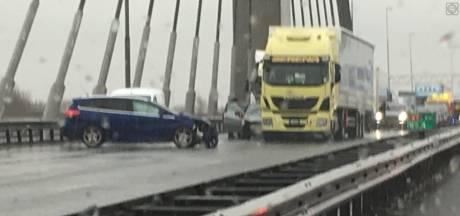 A2 dicht bij Zaltbommel na ongeluk met vrachtwagen: vertraging meer dan een uur
