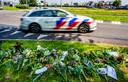 Bloemen op de Waalhavenweg in Rotterdam, waar motoragent Arno werd aangereden.