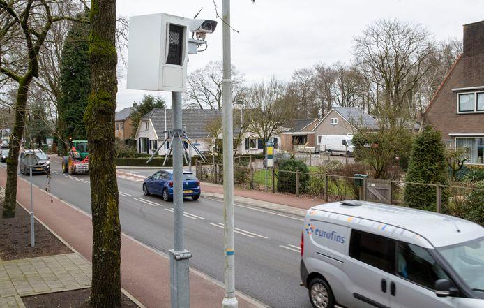 De flitspaal op de Arnhemseweg in Otterlo, in de eerste acht maanden van dit jaar al goed voor 11.600 bonnen.