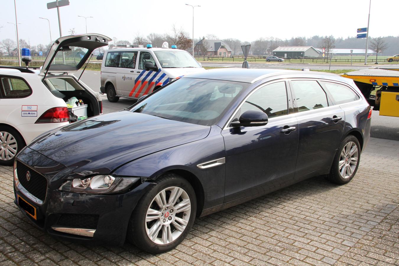 De Jaguar XF. Het is op de foto niet goed te zien, maar de auto is linksvoor (voor de lezer rechts) beschadigd.