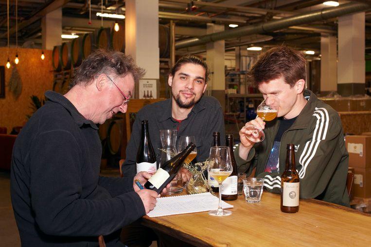 Mac van Dinther proeft de bieren van Nevel samen met Mattias Terpstra (links) en Hubert Hecker. Beeld Daniel Cohen