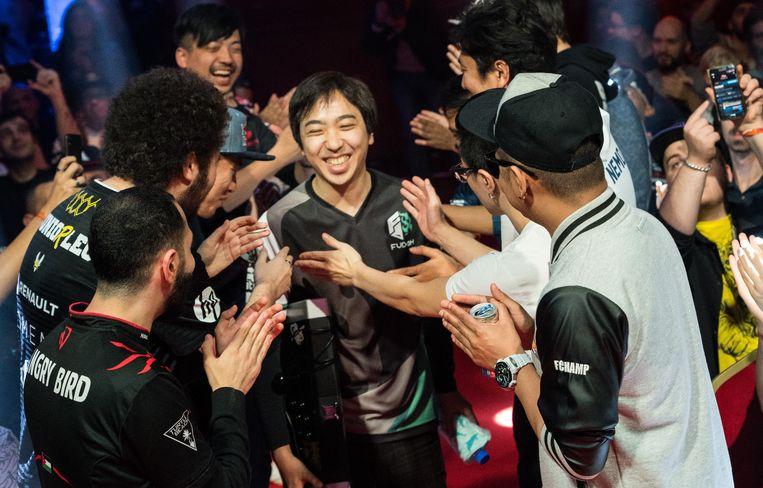 Winnaar Fujimura neemt de felicitaties in ontvangst.