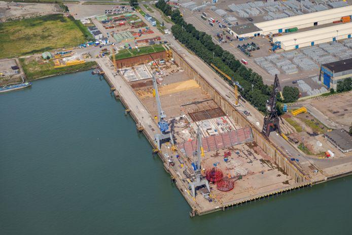 Het Damen Verolme dok bij Rozenburg vanuit de lucht met boven- en onderin de tunneldelen in aanbouw. De werkzaamheden zijn zaterdag 2 oktober te bekijken.