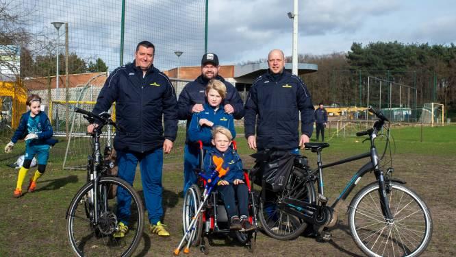 """Trainers fietsen langs alle voetbalstadions van eerste klasse om ziek spelertje te steunen: """"Beerschot heeft alvast verrassing in petto"""""""