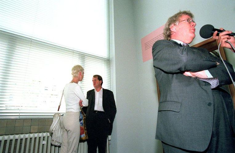 Rudie Fuchs (rechts), in 1996 directeur van het Stedelijk Museum in Amsterdam, geeft toelichting bij de door Komrij samengestelde expositie 'Kijken is bekeken worden'. Beeld ANP