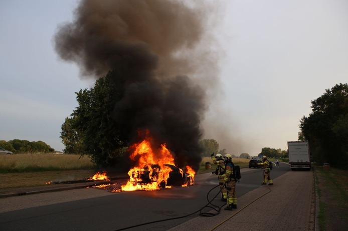 Op een parkeerplaats langs de A348 bij De Steeg is een auto volledig uitgebrand.