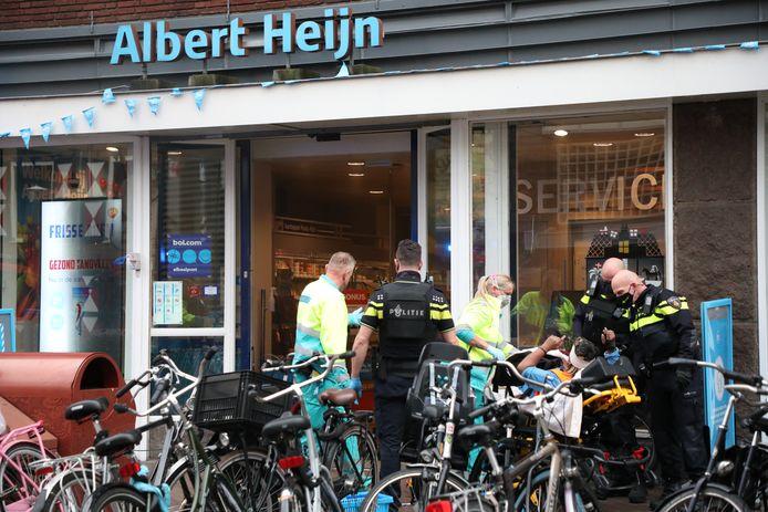 Archiefbeeld ter illustratie: Politie en ambulancepersoneel verzorgen een van de gewonden van het steekincident in de Albert Heijn aan de Grote Marktstraat in Den Haag.