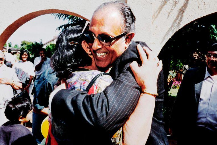 Kathrada viert zijn vrijlating in 1989. Beeld afp