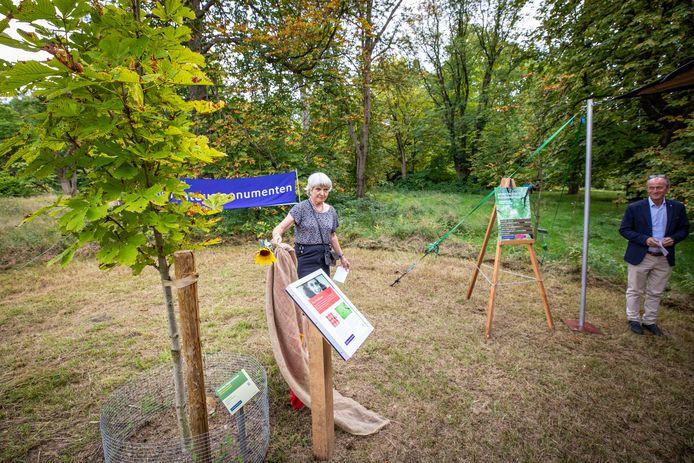 Er is in het Arboretum een zaailing geplant van de kastanjeboom die bij het Anne Frank Huis stond. Daarbij wordt paneel onthuld.
