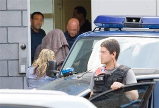 De Janus van W. is hier onherkenbaar, als hij door de politie wordt vervoerd.