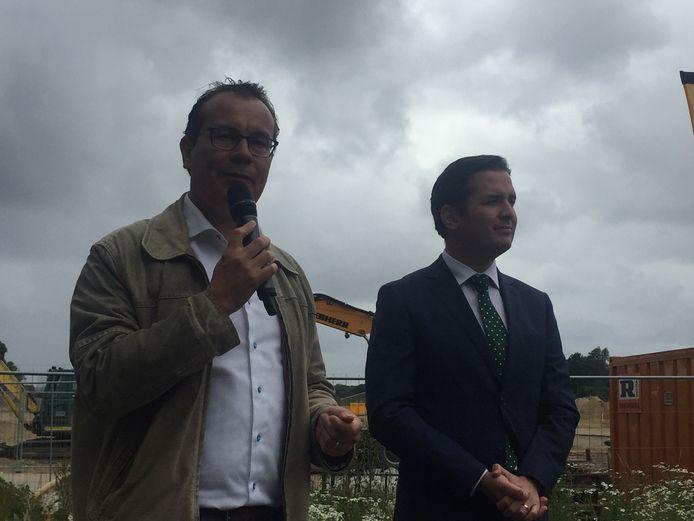 Wethouder Mario Jacobs (L) draagt het dossier dorpshart Berkel-Enschot over aan collega-wethouder Erik de Ridder (R)