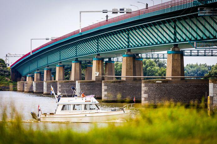De Haringvlietbrug in de zomer.