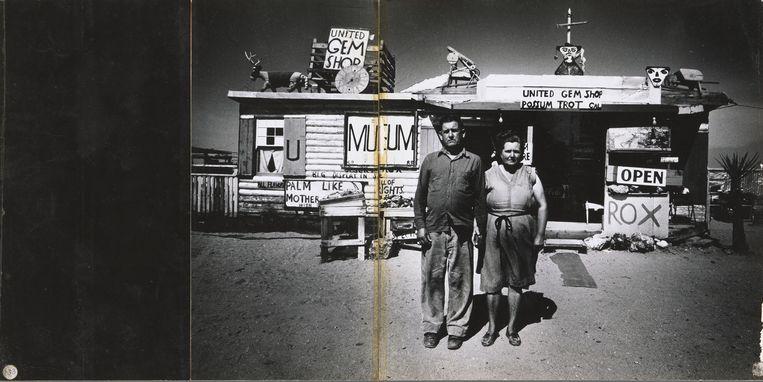 Schilder Call Black en zijn vrouw Ruby voor hun privémuseumin de Mojavewoestijn, Arizona (VS), 1960. Beeld Ed van der Elsken