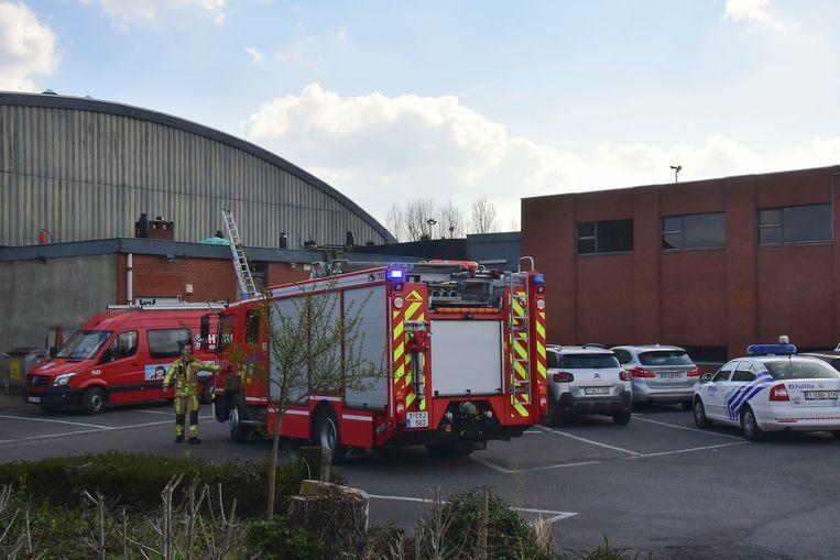 Het brandje ontstond tijdens roofingwerken op een plat dak aan de voorkant van de tennishal.