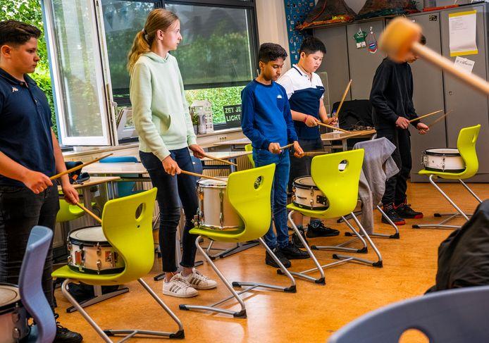 Acht middelbare scholen introduceren komende schooljaar een langere schooldag. Bij Calvijn Juliana hebben ze daar al ervaring mee. Daar kunnen de leerlingen meedoen aan een workshop trommelen. Het idee erachter is talentontwikkeling.