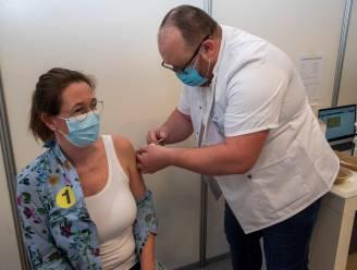 """Vanessa (49) krijgt allereerste prik in vaccinatiecentrum Wetteren: """"Dit doe ik voor mijn patiënten in de thuiszorg"""""""