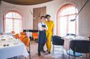 Gastvrouw Deborah Hellburg en chef-echtgenoot Maurice de Jaeger in hun nagelnieuwe zaak.